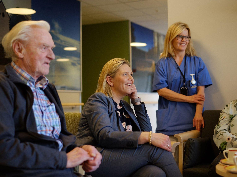 BESØKTE SYKEHJEM: Beboer Knut Magne Jøssund, eldreminister Sylvi Listhaug og sykepleier Tove Borger på Løkentunet sykehjem i Askim mandag.