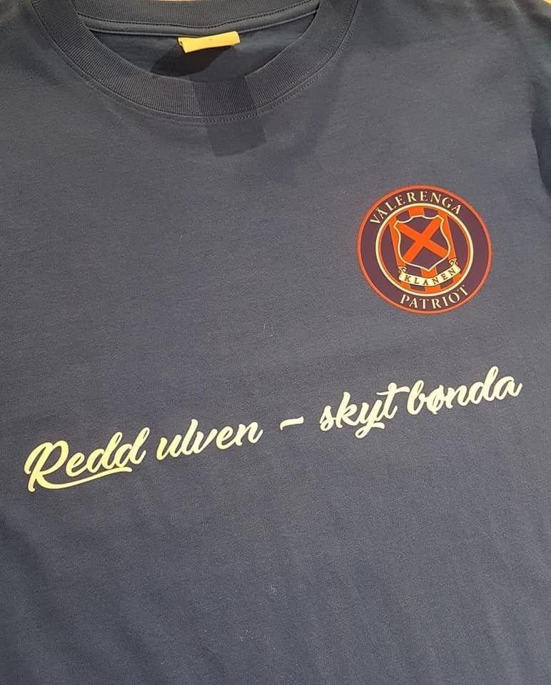 4697ce91 SAKENS KJERNE: Dette er t-skjorten Klanen nå skal selge i supporterbutikken  Sjappa.