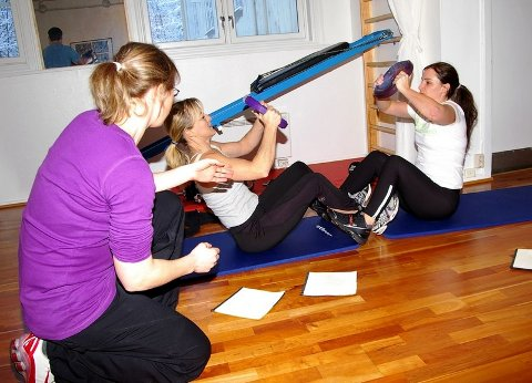 ENKLE HJELPEMIDLER: Cecilie Norbom instruerer Marianne Henriksen og Britt-Hege Skaar fra Avinor Røyken.