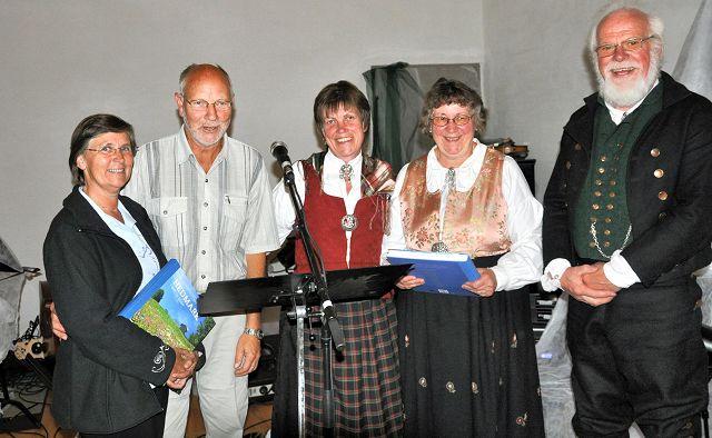 BOKGAVER: Asbjørn og Aslaug Haugen (til venstre) og Ingeborg og Sigmund Bø fikk bokgaver av Toril Andreassen (i midten) for sitt store arbeide for pilegrimssaken.
