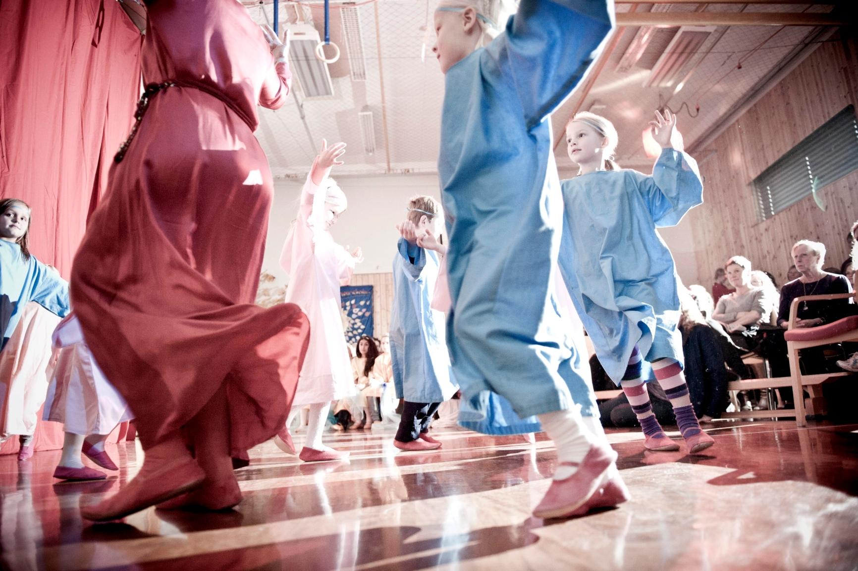 FRI: Elever ved Steinerskolen i Ås viste på bursdagen frem skolens grunntanke: Pedagogisk frihet. (ALLE FOTO: LISA RYPENG)