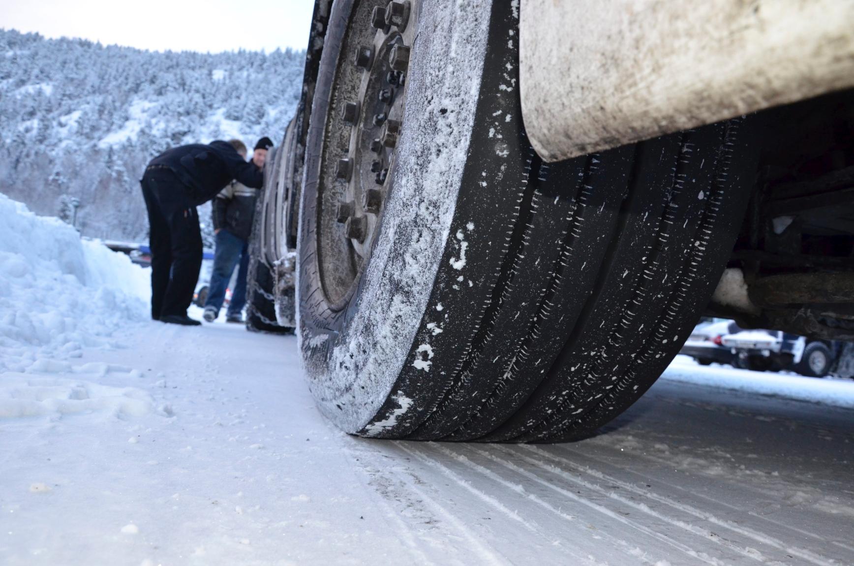 Den slovakiske sjåføren dro til vinter-Norge med sommerdekk på forhjulene og slitte helårsdekk på trekkakslingen.