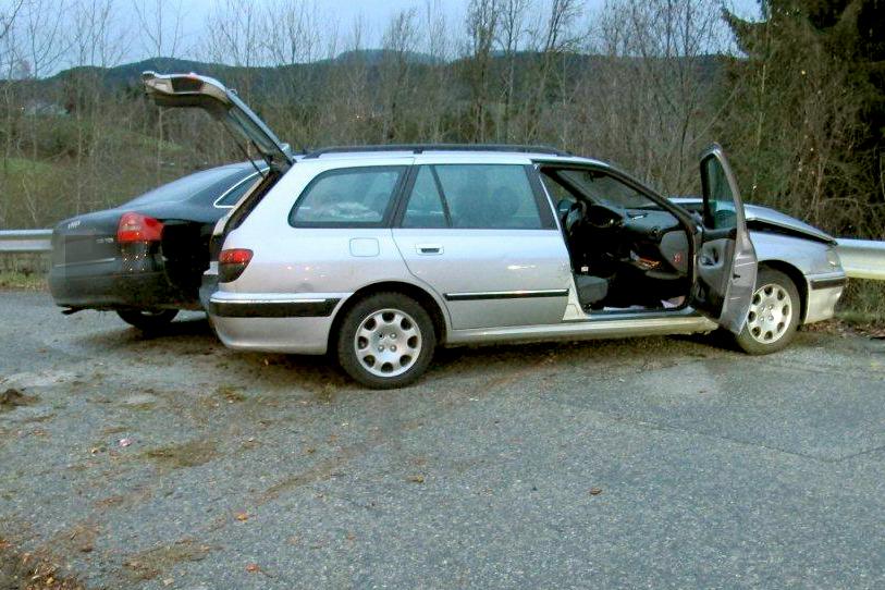 To ødelagte biler