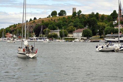 Seilbåten underveis byfjorden
